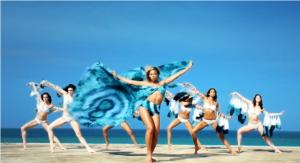 Beyoncé & ses danseuses aux Bahamas pour le tournage du clip promotionnel H&M - © H&M