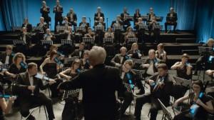 campagne publicitaire hello bank ou instrument de musique sont remplacés par des mobiles lors d'un concert symphonique