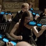 publicité concerto mobile pour hello bank! où les instruments sont remplacé par des mobiles