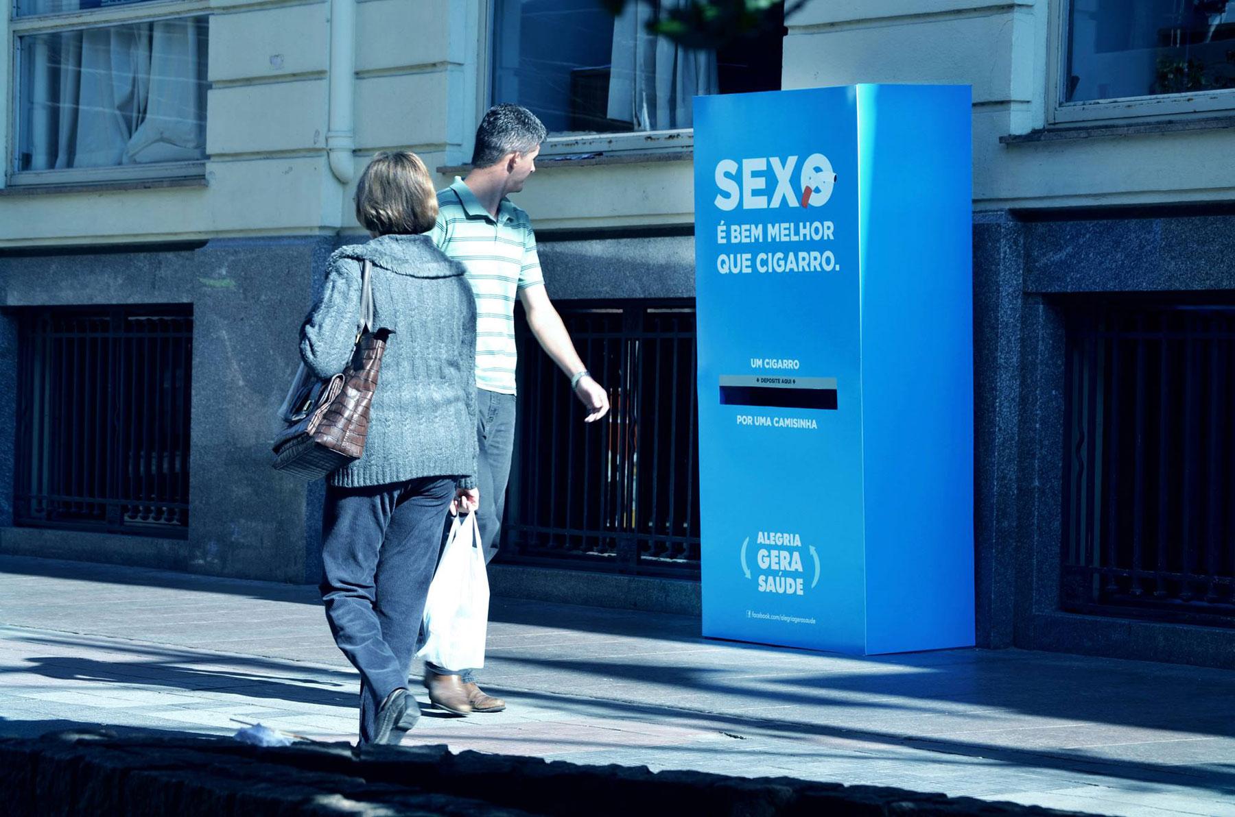le groupe Alegria gera Saúde au Brésil a installé une boîte bleue où les passant pouvaient échanger des cigarettes contre des préservatifs !