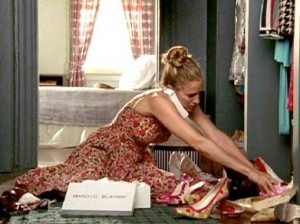 Sarah Jessica Parker alias Carrie Bradshaw dans sex and the city, accro au shopping et aux chaussures