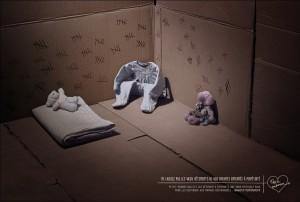 publicis conseil se mobilise pour l'association pette maman et réalise 2 visuels percutant où les vêtements d'enfants sont comparés à des detenus et les placards des prisons