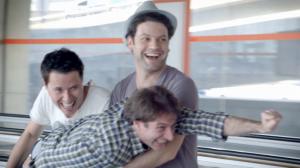 pub digitale pour orange et publicis conseil réalisée à l'aéroport Roissy Charles de Gaulle qui met en scène la rapidité de la 4G via un tapis roulant programmé en accéléré