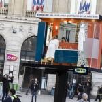 une vrai salle de bain ikea dans un panneau publicitaire à la gare St Lazare
