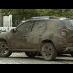 Dacia se moque du côté superficiel de ses concurrents en utilisants les mêmes codes de communication mais dede façon détournés