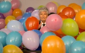 Envahit par des ballons, Maurice Lévy ne perd pas son sérieux pour prononcer les voeux 2014 du groupe publicis
