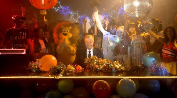 Une ambiance déjantée dans le bureau de Maurice Lévy pour les voeux 2014 de Publicis