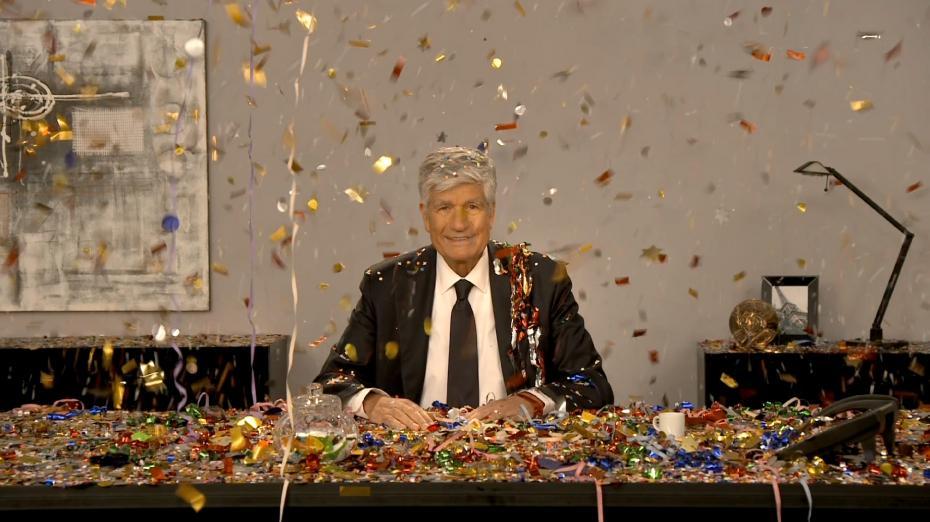 Recouvert de confettis, Maurice Lévy ne perd pas son sérieux !