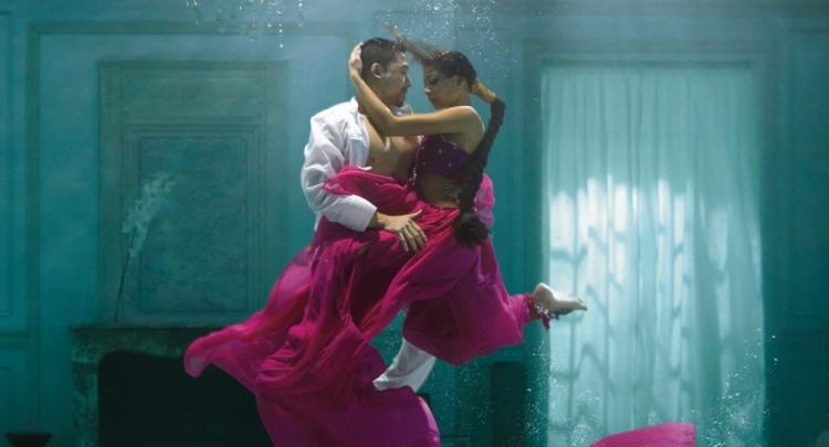 les couples s'enlassent amoureusement et sensuellement pour illustrer le mariage parfait des saveurs kusmi tea