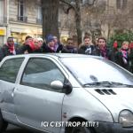Ici c'est trop petit face à un automobiliste qui essaye de se garer en créaneau en référence à Ici c'est Paris
