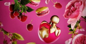 le parfum et le macaron partagent des notes de citron, rose, amande et framboise