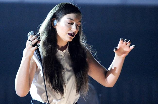 Lorde envoôutante et mystique en interprêtant Royals