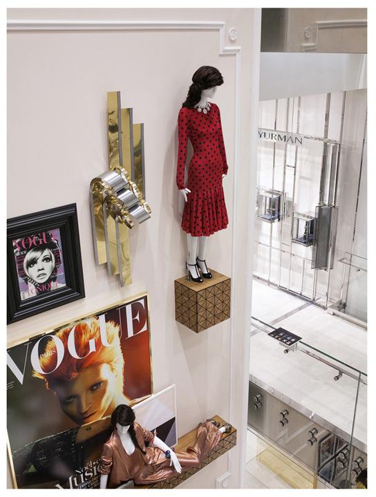 en guise de décor, des affiches de magazine et des mannequins habillés par la rédaction de Vogue