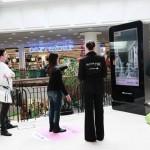 Carrefour et Clear Channel mettent en place des cabines virtuelles dans les centres commerciaux Klepierre pour les vêtements TEX