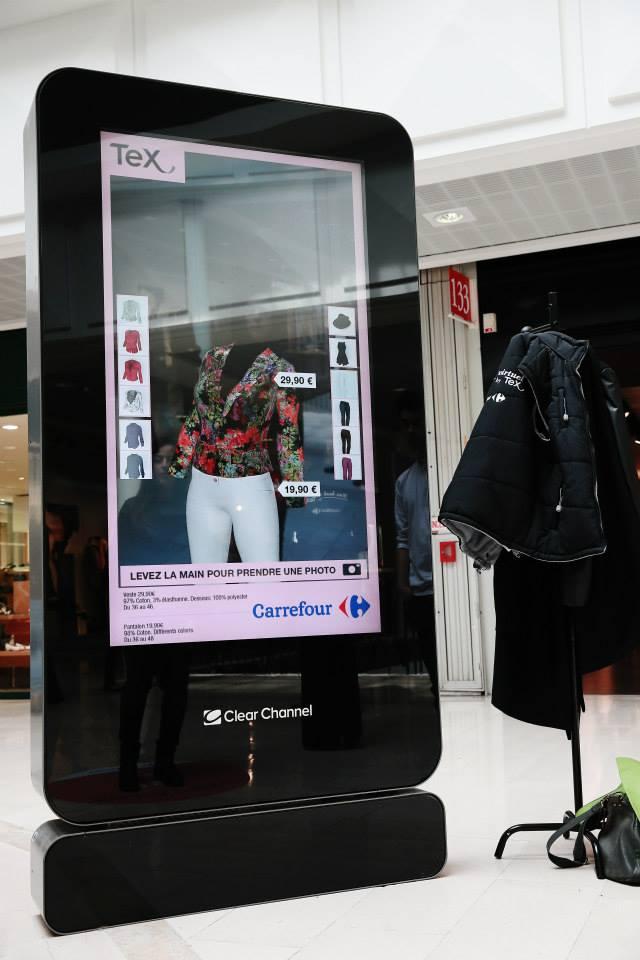 la borne Clear Channel scanne la personne et montre en réalitée augmentée les vêtements TEX sur elle