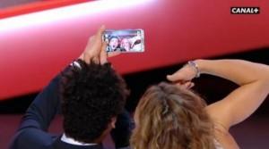 Kev Adam's se prend en photo sur la scène des césar