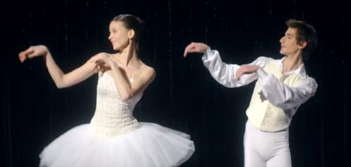 des danseurs classiques revisitent la chorégraphie des Bronzés sur une réorchestration de Darla Dirladada