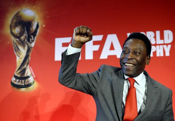 Le roi Pelé accompagne la tournée du trophée de Coca Cola en tant qu'ambassadeur du mondial au Brésil
