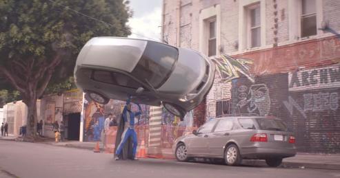le super héros soulève des voiture mais n'a pas la 4G d'Orange