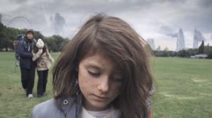 Save The Children transpose le quotidien paisible d'une fillette anglaise en période de guerre