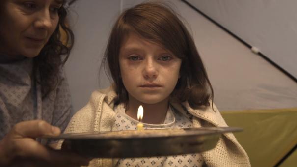 Save The Children et don't panic réalisent un film choc au contraste saisissant