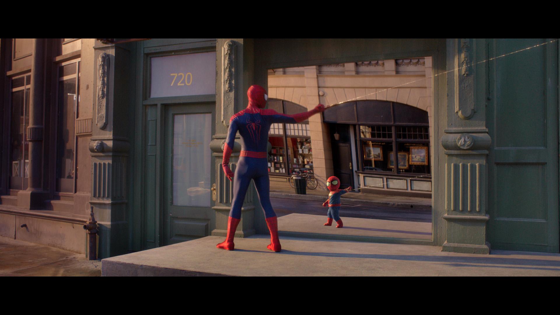 Spider Man découvre son Baby me dans le reflet d'un immeuble à New York