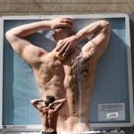 pour promouvoir l'offre sportive TBWA installe un dos musclé de rugbyman avec de l'eau qui ruisselle entre ses muscles et son tatouage