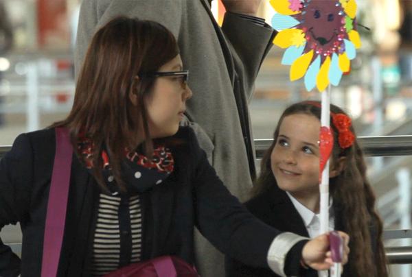 des enfants audacieux déclare leur amour pour la fête des mères à de parfaites inconnues... à la gares !