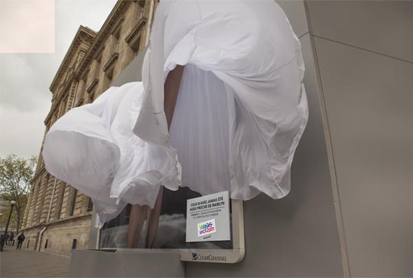 un tissu de 70 mètres dévoilent les jambes de marylin pour la sncf