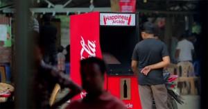des bornes de jeu Arcades ont été déposées dans les rue de Dhaka et s'active en mettant une bouteille de coca cola vide