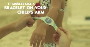 un bracelet connecté nivea permettant de localiser votre enfant à la plage
