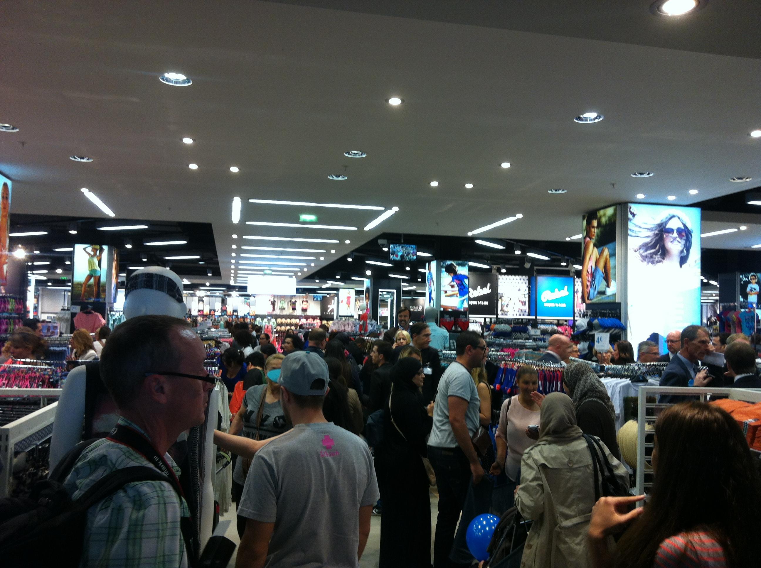 la foule envahi le magasin et commence leur shopping