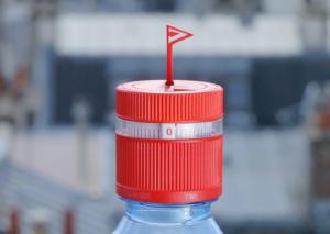 un bouchon intelligent imaginé par vittel et ogilvy qui dresse un drapeau lorsqu'il est temps de s'hydrater