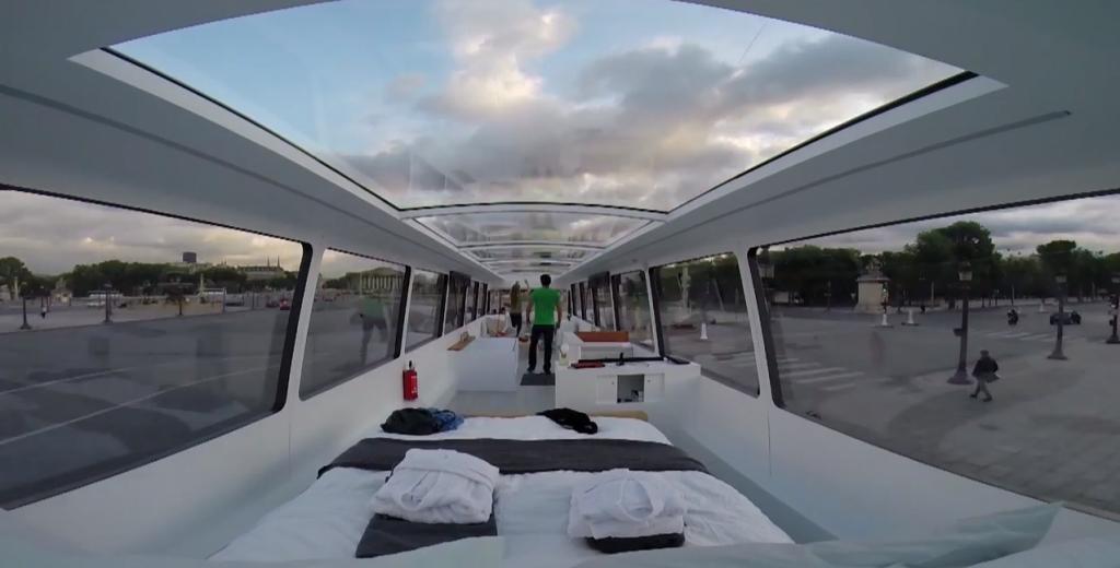 un bus velus avec toit panoramique vitrée pour dormir à la belle étoile