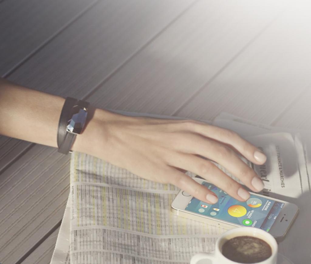 le bracelet june de netatmo se connecte à votre smartphone
