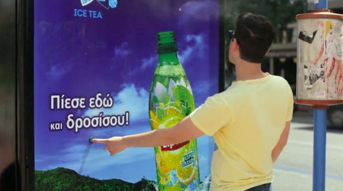 pour éviter d'avoir trop chaud en attendant le bus lipton ice tea a installé un brumisateur
