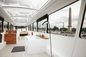 un bus aménagé comme une chambre d'un grand hôtel de luxe
