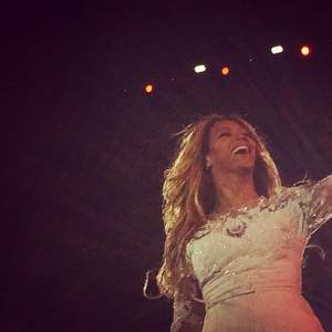 Beyoncé radieuse enchaîne les chorégraphies, chanson douce et duo abec son mari jay z