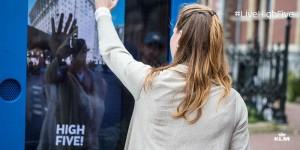 klm propose aux habitants de new york et amsterdam de faire un high five parfait pour remporter un vol