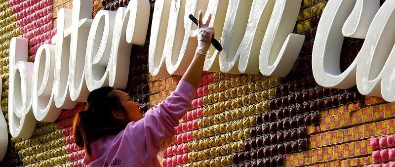 c'est Michelle Wibowo, food artist qui est à l'origine de ce panneau insolite pour mr kipling