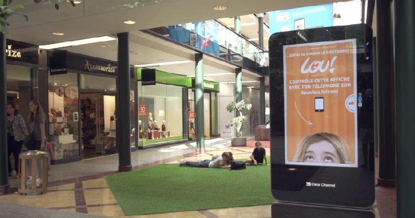 Ppour la sortie du film Lou, Silenzio a installé des bornes interactives où les passants ont pu jouer avec les affiches du film