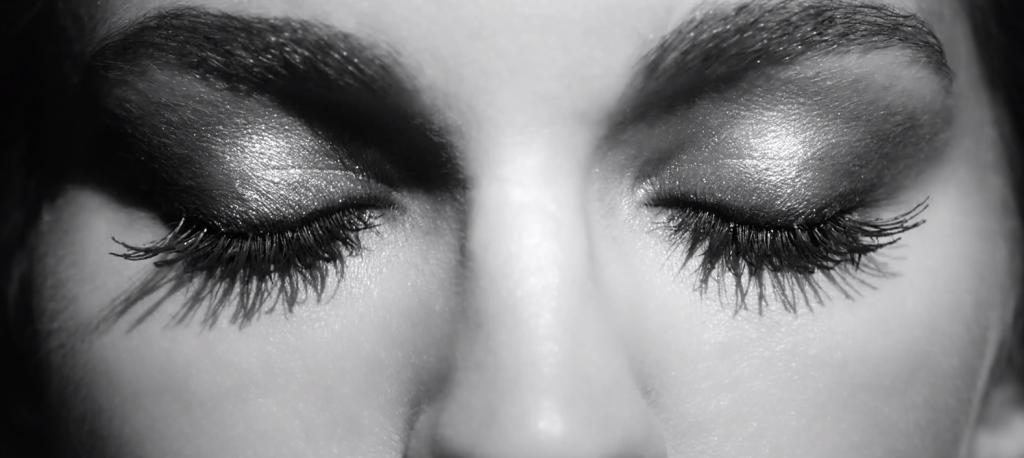 un film glamour et sensuelle qui fait une analogie du mascara