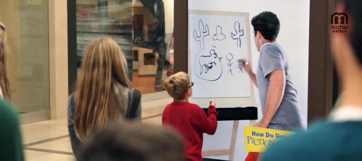 le jeune homme dans la borne se met alors à dessiner et il faut découvrir ce qu'il dessine pour gagner