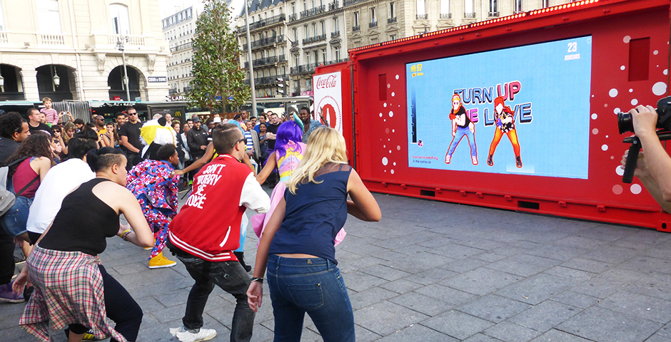 coca cola a organisé un flashmob avec les twins pour faire la promotion de son application just dance now