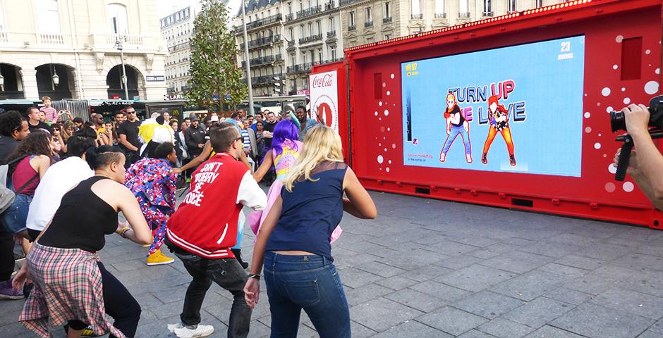 coca cola a organisé un flashmob avec les twins pour faire la promotion de son application just dance now