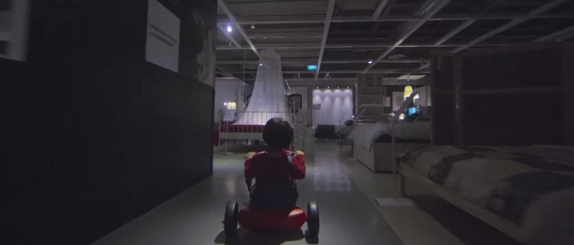 les couloirs de l'hôtels se transforment en couloirs IKEA