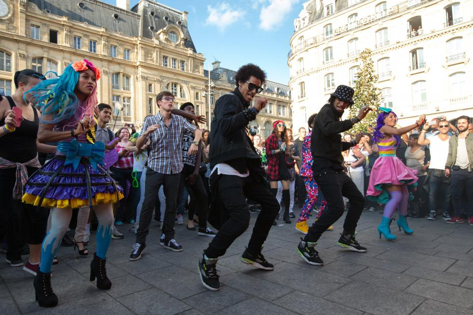 un flashmob coca cola avec les twins pour just dance now