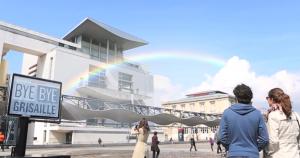 monoprix génère un arc en ciel naturel avec un panneau d'affichage