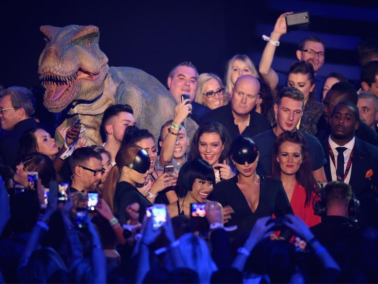 Nicki Minaj comme Ellen DeGeneres aux Oscars a fait un selfie avec le public