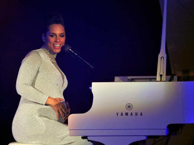 Alicia Keys, enceinte, est venue interpréter sa chanson We Are Here au piano